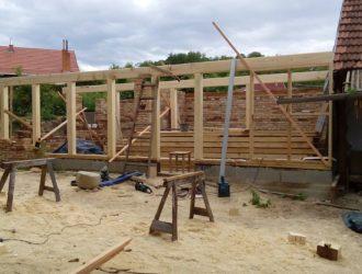 Dřevostavba založená na akátových prazích