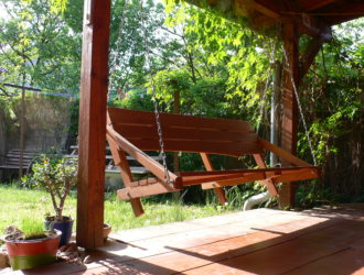 Dlouhá houpací lavice, kotveno do vaznice terasy