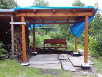 Krátká houpací lavice, kotven do vaznice terasy.