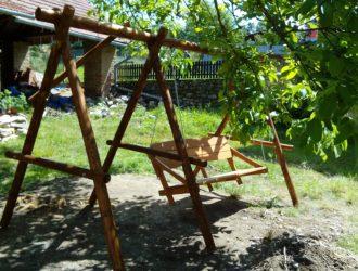 Houpací lavice se samonosnou konstrukcí. Konstrukce byla byla dle přání zákazníka zhotovena ze smrku a je zde přidané pole na dětskou houpačku.