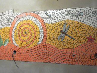 Mozaiky v procesu - zeď mezi budoucí kuchyňskou linkou a digestoří